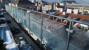 Oszlopos üvegkorlát