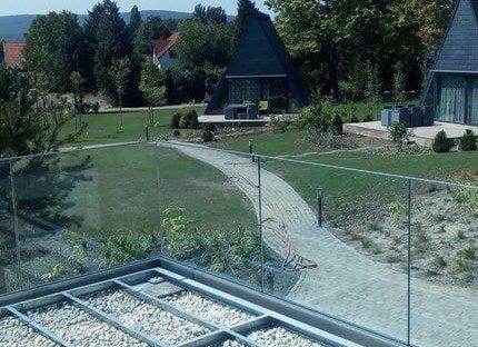 Vonalmenti üvegkorlát teraszon