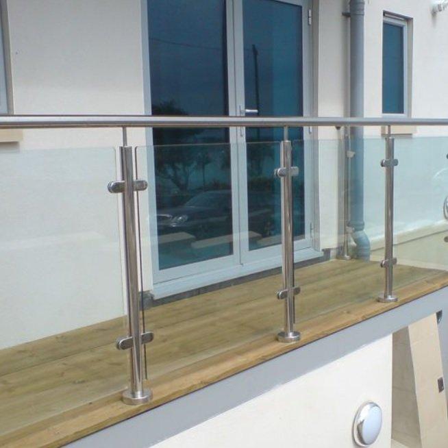 Oszlopos üvegkorlát erkélyre
