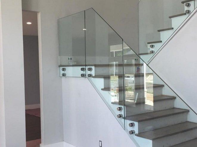Pontmegfogásos üvegkorlát lépcsőhöz