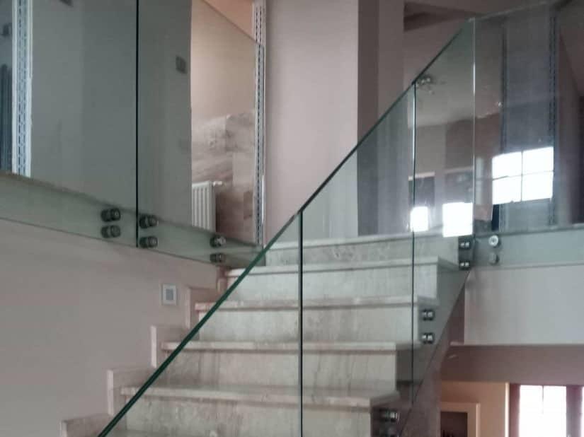 Pontmegfogásos üvegkorlát lépcsőnél