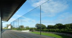 Vonalmenti üvegkorlát teraszra
